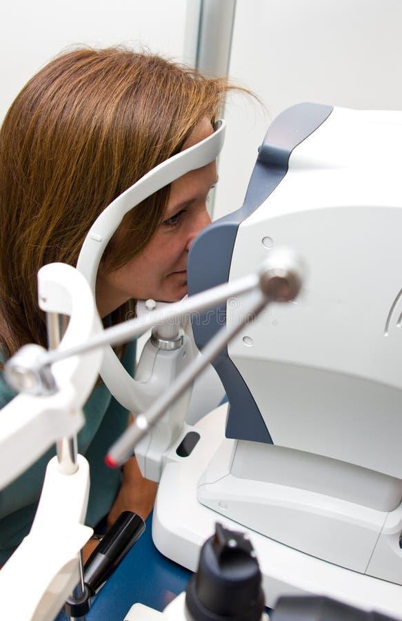 Mulher no salão de beleza do optometrista que verifica sua visão fotografia de stock royalty free