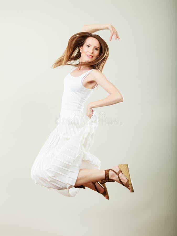Mulher no salto branco do vestido do ver?o fotos de stock