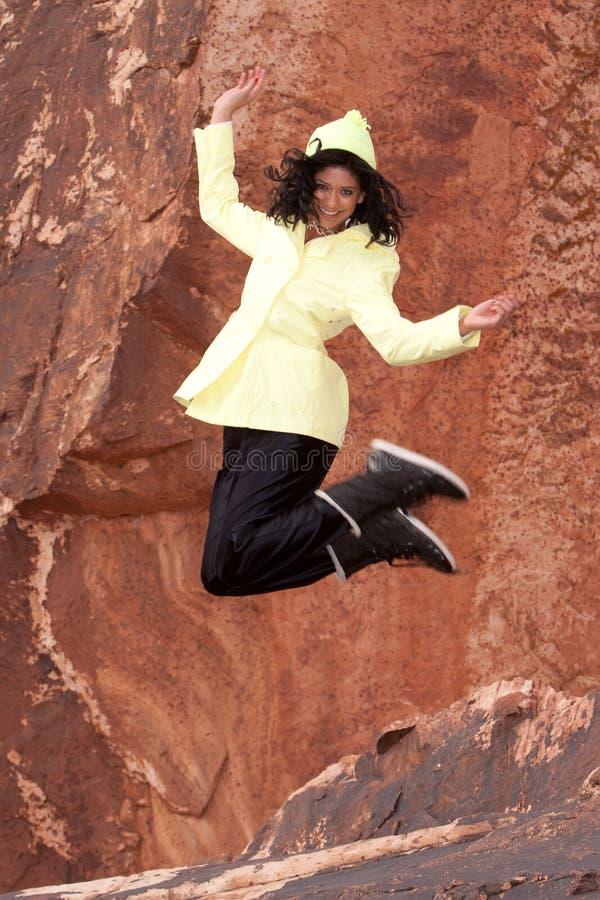 Mulher no salto do raincoat imagens de stock royalty free