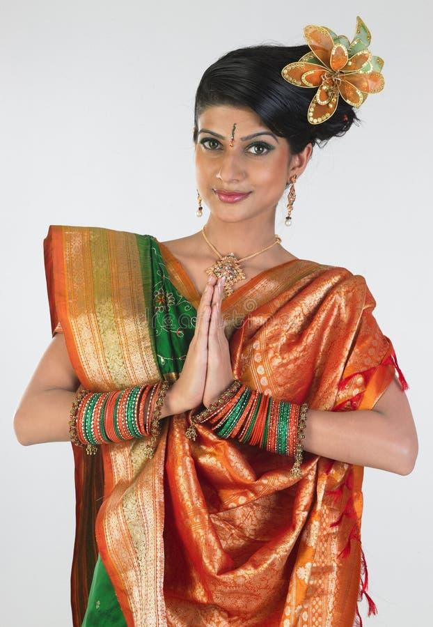 Mulher no sari com postura bem-vinda imagem de stock