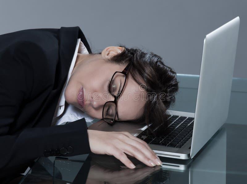 Mulher no seu sono da mesa imagem de stock