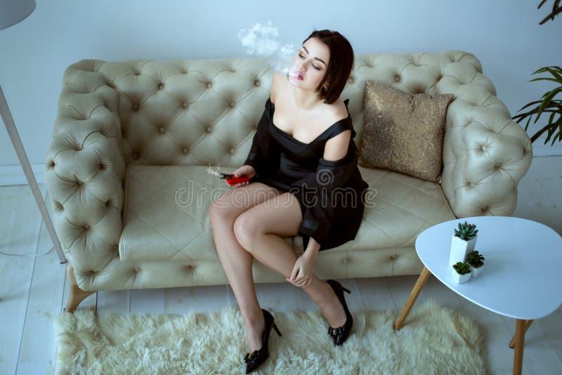 Mulher no sofá fotografia de stock royalty free