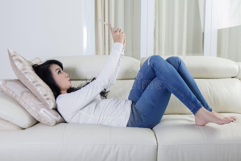 Download Mulher No Sofá Que Toma A Foto Do Selfie Foto de Stock - Imagem de cabelo, indoor: 80100216