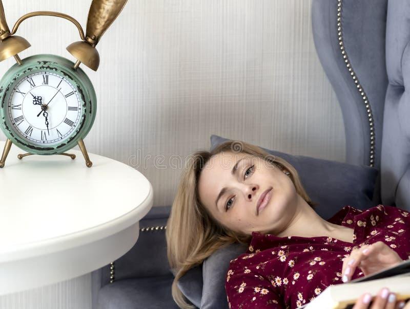 Mulher no sof? na sala imagens de stock royalty free