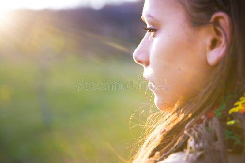 Mulher no sol da manhã fotografia de stock royalty free