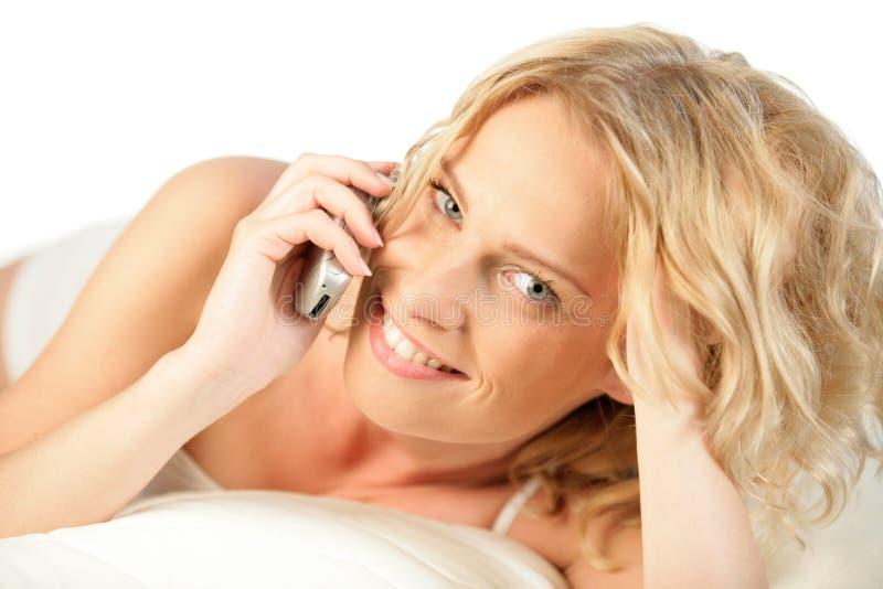 Mulher no sorriso do telefone móvel foto de stock royalty free