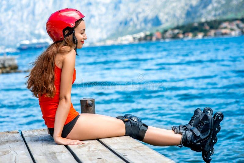 Mulher no sportswear com os rolos de patinagem no fotografia de stock royalty free