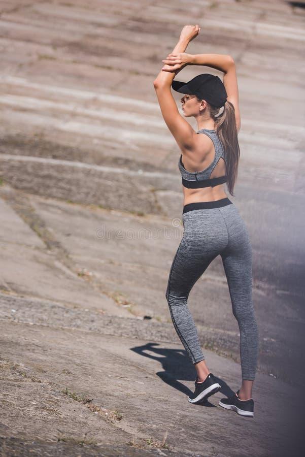 Mulher no sportswear e no tampão imagem de stock