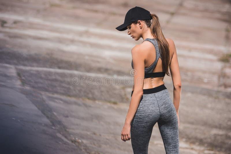 Mulher no sportswear e no tampão foto de stock