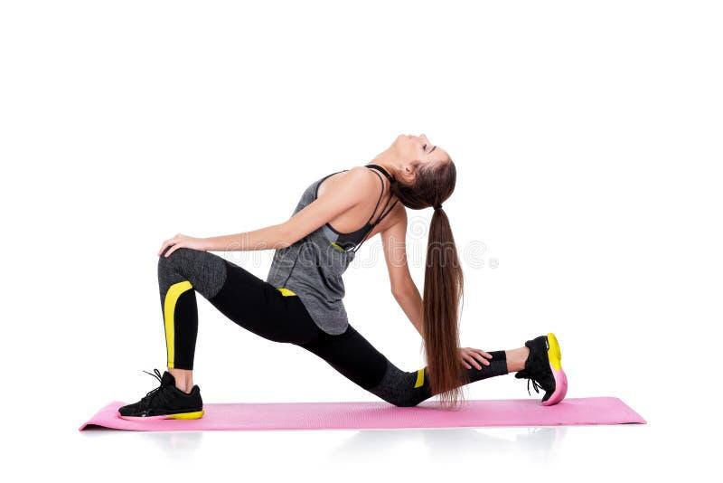 A mulher no sportswear faz exercícios na esteira da aptidão fotos de stock royalty free