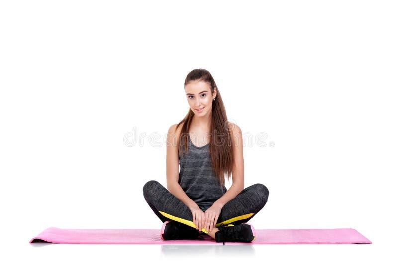 A mulher no sportswear faz exercícios na esteira da aptidão imagens de stock royalty free