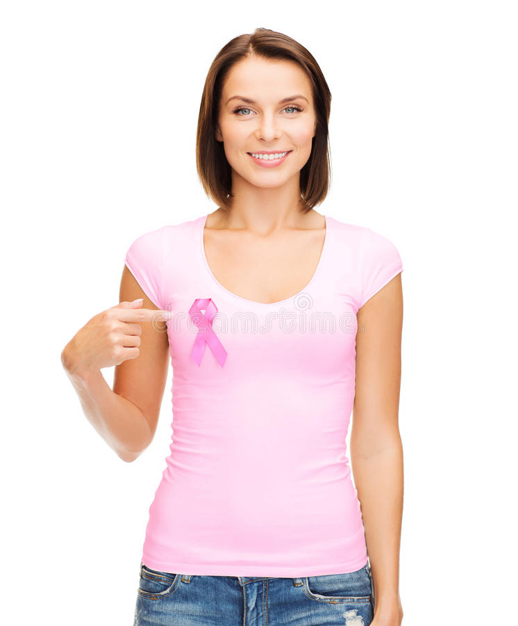Mulher no t-shirt vazio com a fita cor-de-rosa do câncer imagem de stock
