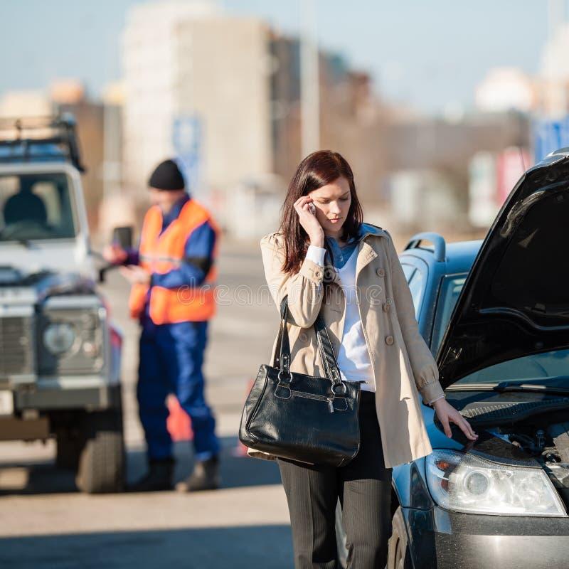 Mulher no telefone após choque de carro fotos de stock