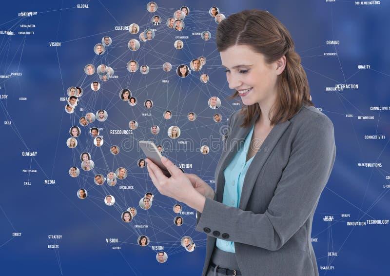 Mulher no telefone contra a cidade da noite com conectores imagem de stock