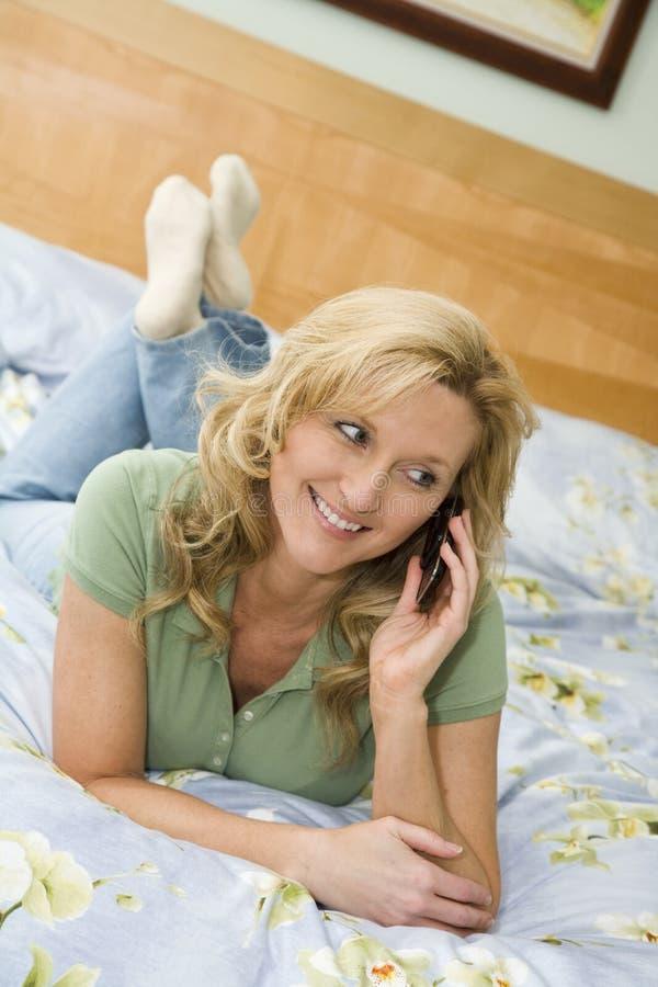 Mulher no telefone de pilha imagens de stock