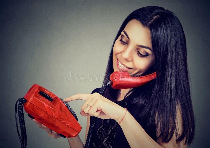 Mulher no telefone que disca o número imagens de stock