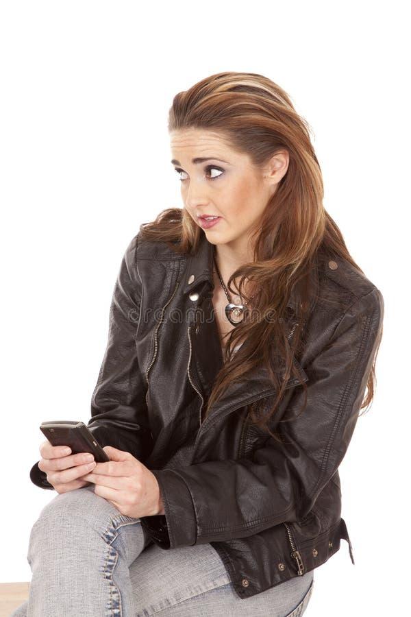 Mulher no telefone que olha ao lado foto de stock