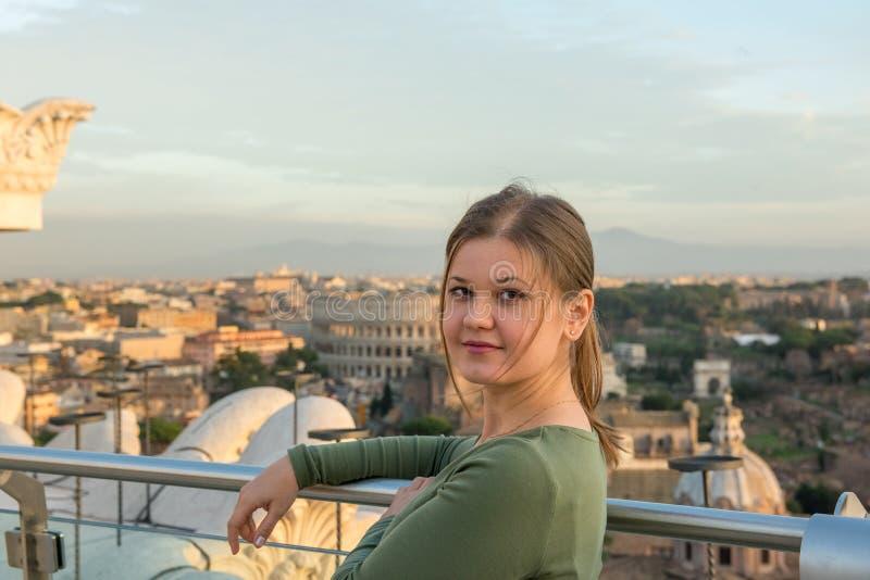 Mulher no telhado em Roma foto de stock