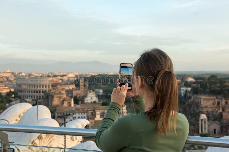 Mulher no telhado em Roma imagens de stock