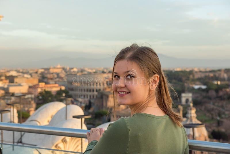 Mulher no telhado em Roma fotos de stock royalty free