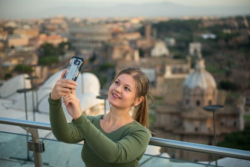 Mulher no telhado em Roma imagens de stock royalty free