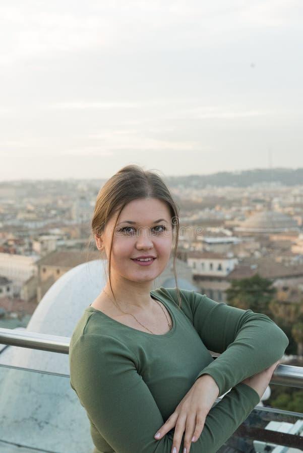 Mulher no telhado em Roma fotografia de stock royalty free