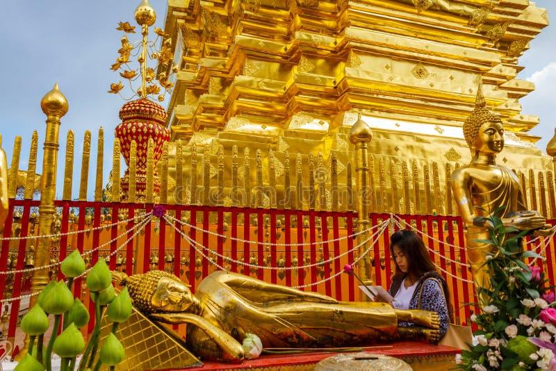 Mulher no templo de Wat Phra That Doi Suthep em Chiang Mai, Tailândia fotos de stock