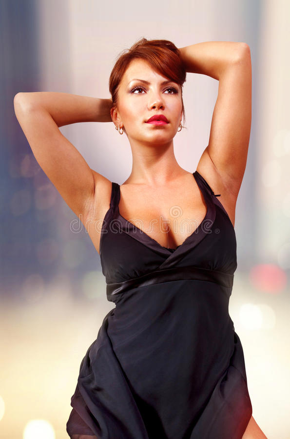 Mulher no tempo da noite no vestido preto foto de stock