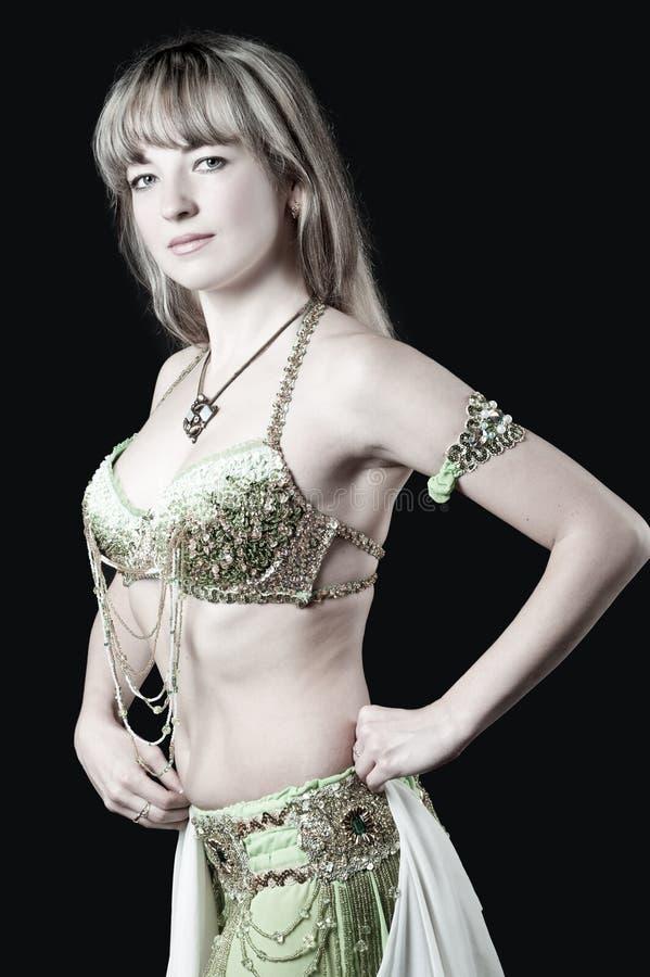 A mulher no terno de dança do leste foto de stock royalty free