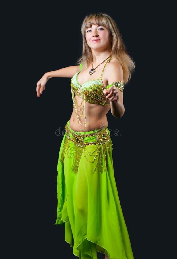 A mulher no terno de dança do leste foto de stock