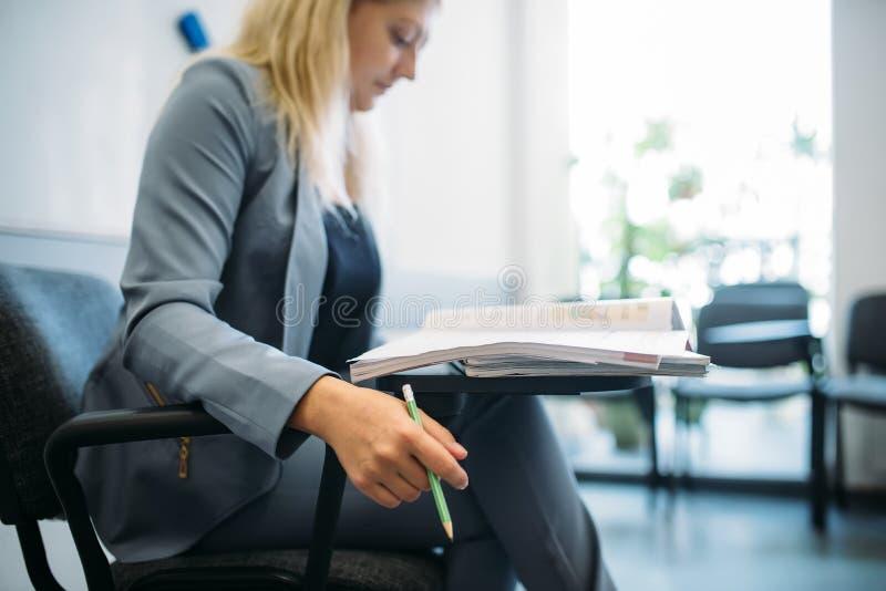 Mulher no terno no escritório para negócios, procura de emprego fotos de stock royalty free