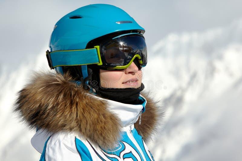 Mulher no terno, no capacete e nos óculos de sol de esqui fotografia de stock