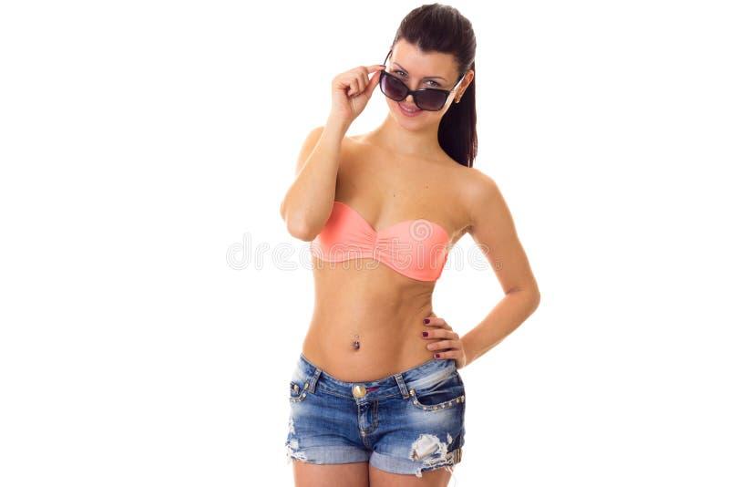 Mulher no terno, no short e nos óculos de sol de natação foto de stock