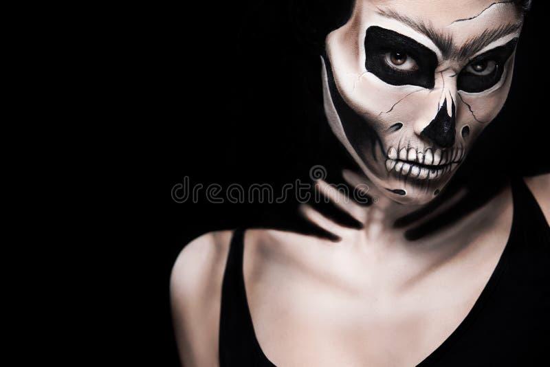 Mulher no traje de Dia das Bruxas de Frida Kahlo Composição do esqueleto ou do crânio fotografia de stock royalty free