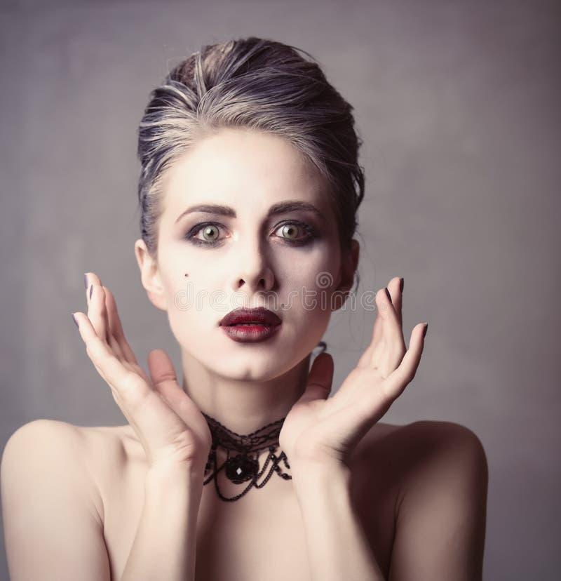 Mulher no traje do Dia das Bruxas da bruxa fotos de stock royalty free