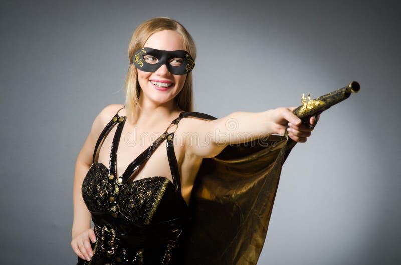 A mulher no traje do pirata foto de stock