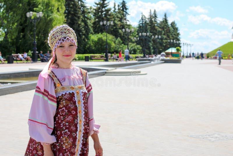 Mulher no traje dos povos do russo foto de stock royalty free