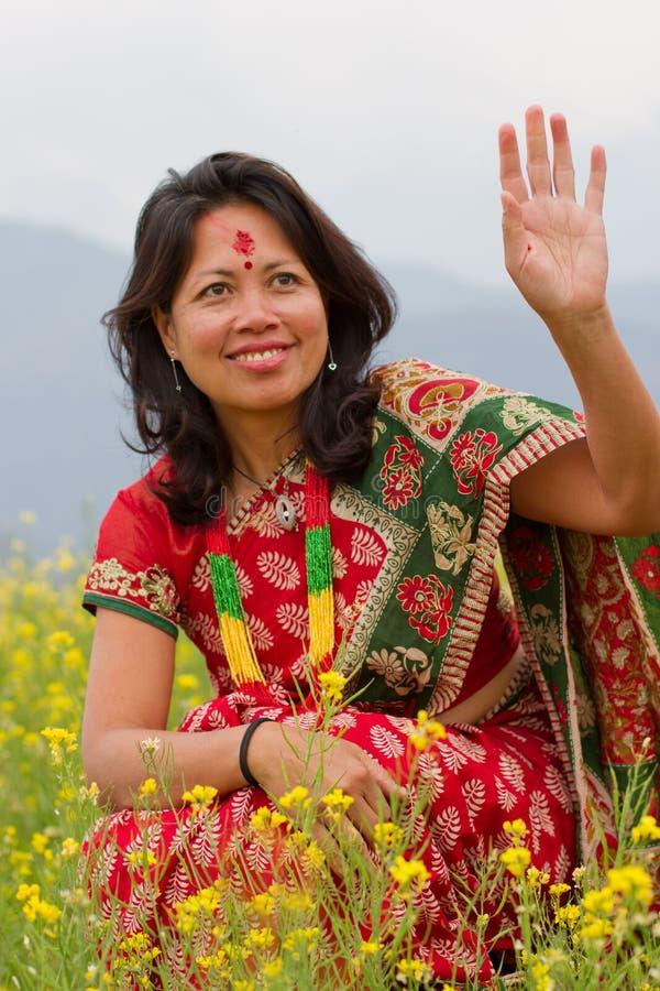 Mulher no traje tradicional do Nepali fotografia de stock