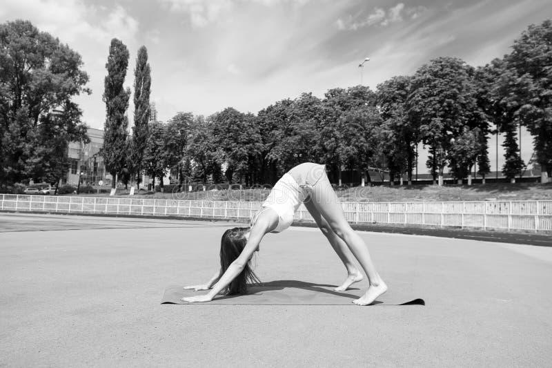 Mulher no treinamento da pose da ioga na esteira da aptidão foto de stock royalty free