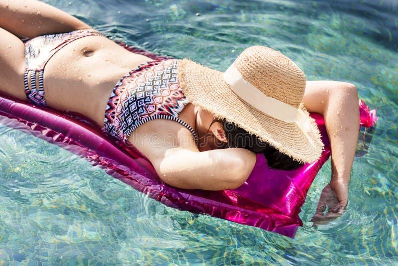 Mulher no tubo cor-de-rosa fotos de stock royalty free