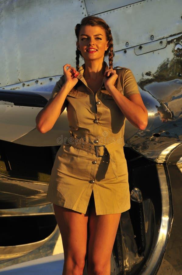 Mulher no uniforme do exército fotos de stock