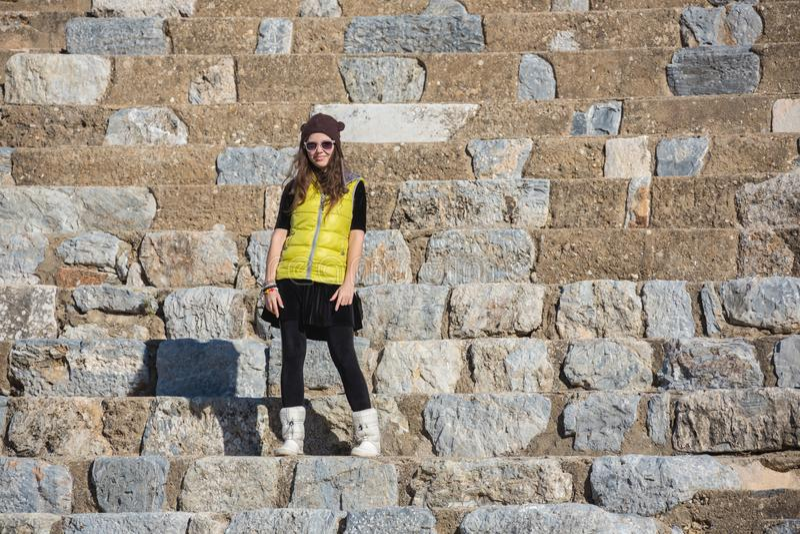 Mulher no vestido amarelo no óculos de sol, anfiteatro exterior foto de stock royalty free