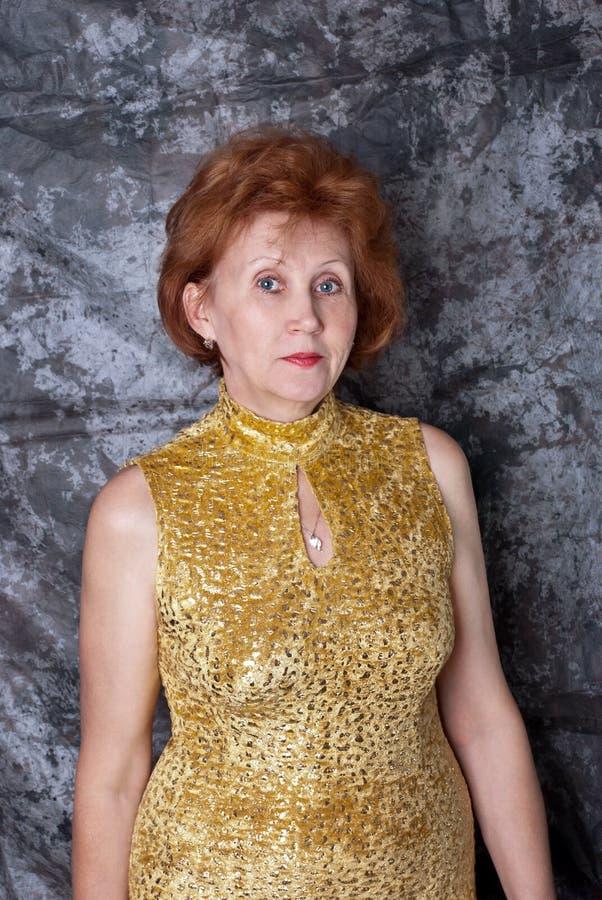 Mulher no vestido amarelo fotos de stock royalty free