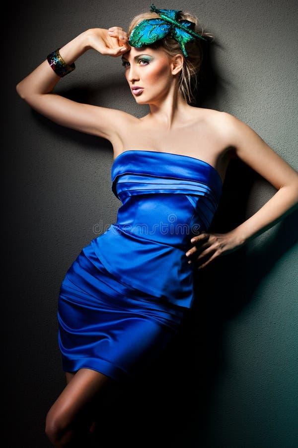 Mulher no vestido azul imagem de stock