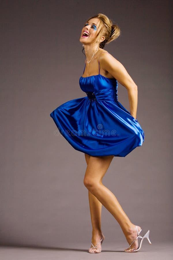 Mulher no vestido azul fotos de stock royalty free