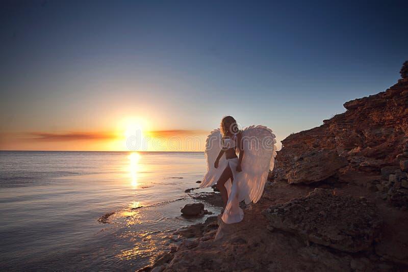 Mulher no vestido branco como um anjo fotografia de stock royalty free