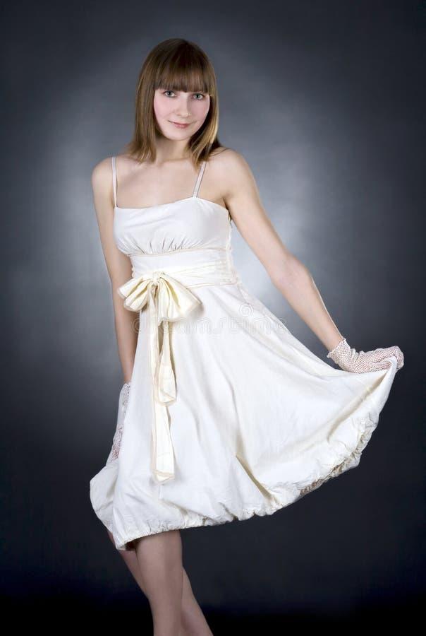 Mulher no vestido branco no fundo preto imagens de stock royalty free