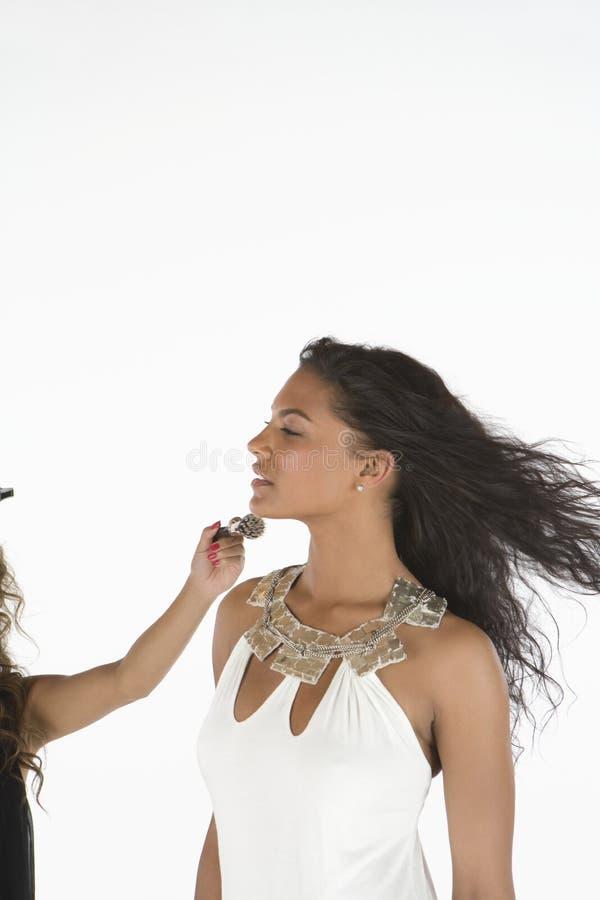 Mulher no vestido branco que está sendo ajudado pelo estilista imagem de stock royalty free