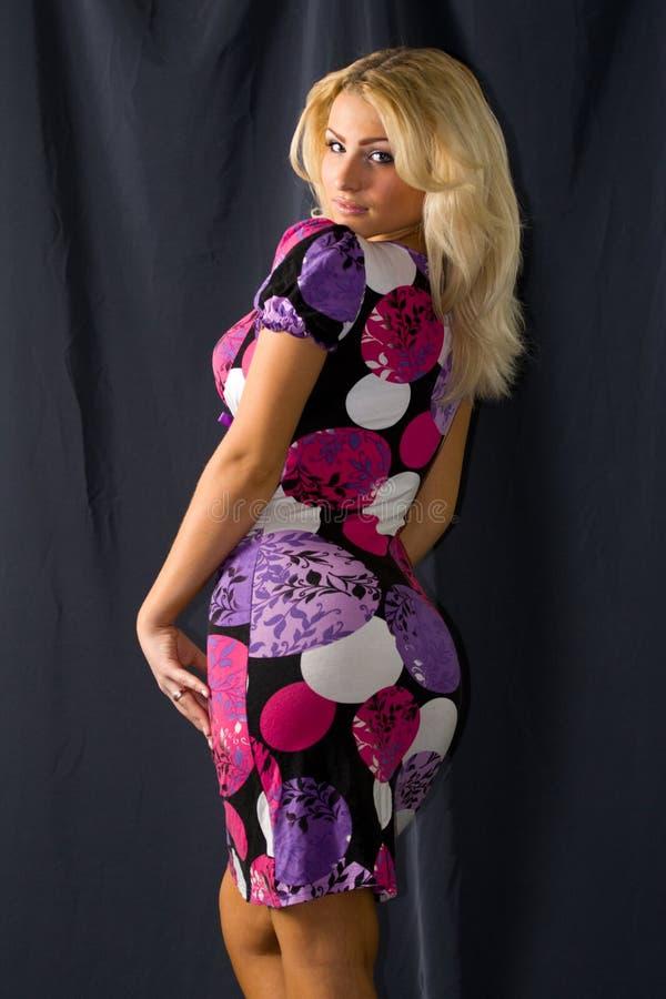 Mulher no vestido colorido