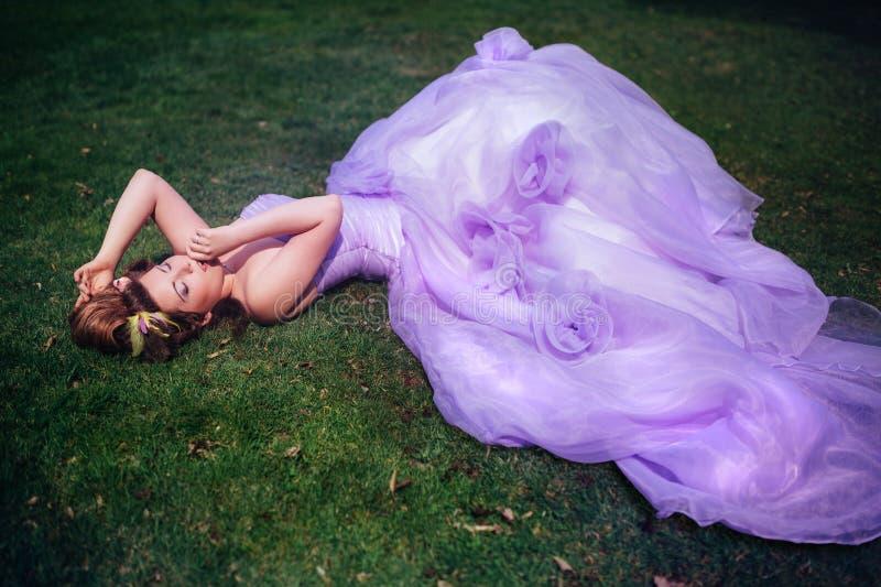 Mulher no vestido cor-de-rosa foto de stock royalty free